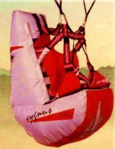 De los primeros Airbag que aparecieron. Podía incorporarse a la silla normal mediante un sistema de cintas y sujeciones